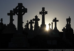 Waverley Cemetery, Sydney, Australia (JH_1982) Tags: new travel light sunset friedhof sun travelling monument cemetery grave graveyard silhouette statue stone wales canon eos evening memorial ray cross stones south headstone cementerio tomb sydney silhouettes statues crosses headstones australia graves nsw rays lightning australien traveling cemitrio tamron tombs waverley trang australie begraafplaats cimitero 18mm cimetire cmentarz mezarlk begravningsplats       270mm  ngha pemakaman 60d     sdney