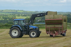 New Holland TM155 Tractor loading silage bales to a Broughan Engineering Trailer (Shane Casey CK25) Tags: new holland tm155 tractor loading silage bales broughan engineering trailer blue cnh nh bartlemy