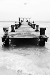 mar (betho itinerante) Tags: agua movimiento dia nubes cielo mar horizonte textura viento contraste olas muelle ritmo postes espuma blanconegro bn altocontraste
