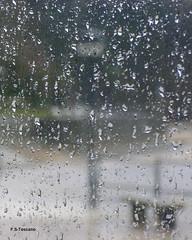 Bajo la lluvia. Under the rain. (Esetoscano) Tags: lluvia rain cristal glass gotasdeagua waterdrops banco bench abstracto abstract maltiempo badweather transparencia transparency