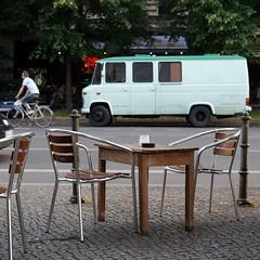 gewohnt und mobil Nr. 145 (galibier2645) Tags: gwb guesswhereberlin gewohntundmobil wohnmobil tisch stuhl durchradler caf mercedes