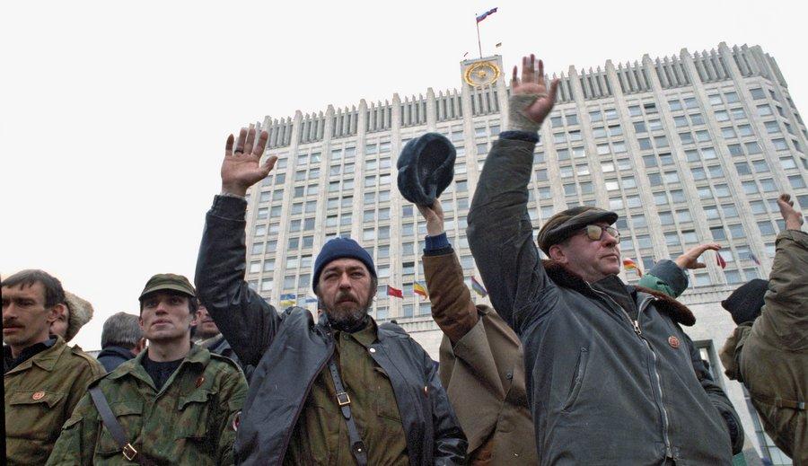 Защитники Белого дома. Фото Олега Ласточкина, РИА Новости