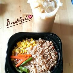 อรุณสวัสดิ์ 😸 มื้อเช้าดี๊ดีย์~ เมนูใหม่เซเว่น ข้าวผัดน้ำพริกลงเรือ รสน้ำพริกกำลังสวย โดยรวมคือดี  กาแฟชงเอง ใช้นมสดเพราะเบื่ออ้วนครีมเทียม instant coffee special blend ของ Key Coffee ดีงาม ห๊อมหอม (ดีที่สุด คือนี่ได้มาฟรี ฮรี่~ 👍)