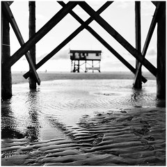 spo (kajus.hh) Tags: strand beach bw sw monochrom quadrat square bridge beachhouse sand wasser water 24mm
