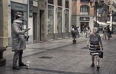 Heads up! (Niara Art) Tags: street streetphotography streettheatre mime man people artist lady woman urban candid city zaragoza spain headless hand expression face nikon d7100
