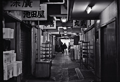 untitled (Noisy Paradise) Tags: leica morning bw film monochrome japan 50mm tokyo f14 epson  summilux  tsukijifishmarket   v750m gtx970 noisyparadise