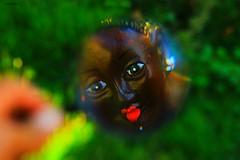 (Andr Bispo) Tags: brazil black flores flower face espelho brasil canon garden foto beijo sopaulo grama jardim boneca fotografia boca reflexo negra mo barro rosto imagem blackface namoradeira bonecanegra canoneosrebelt3i andrbispo