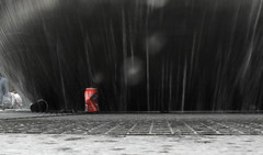 Lattine, cannette marche aux puches (letizia.abis) Tags: red rouge cola acqua rosso fontana coca fontaine cannette