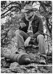 Googling! (kaffealskare) Tags: blackandwhite monochrome photographers gotland people mnniskor attackfoto framed inramad svartvitt monokrom