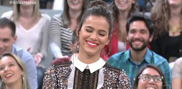 """Bruna Marquezine recebe cantada de garoto no """"Altas Horas"""""""