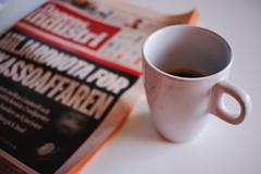 Harmoni (m.rsjoberg) Tags: cup ro lugn tidning paper coffee kaffe f28 24mm canon70d fs161120 harmony harmoni fotosndag fotosondag