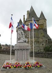 Vitr (9) (Silvia Inacio) Tags: france frana vitr bretagne bretanha brittany castelo castle statue esttua flag