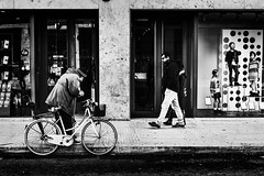 Strolling 27_11_16 (Alessandro Dozer Fondaco) Tags: latina city citt street photography strada snapshot candid istantanea bike bici bicicletta bicycle barbone homeless passeggiare passeggiata walking strolling vetrine shop windows bianco black bw bn white nero persone people
