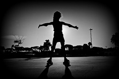 Roller skate (Wal CanonEOS) Tags: shadows light shadowsoflight sombrasdeluz sombras luz patinadora enpatines patin patinsobreruedas patinsoyluna soylunapatin patinaje roller skate rollerskate pattinatore patineur atardecer sol sun sunlight sunset atardece shadow sombra argentina argentinabsas bsas buenosaires caba capitalfederal ciudadautonoma ciudaddebuenosaires costanera costaneranorte parquecostanera canon eos rebelt3 canoneosrebelt3 hdr hdrbw byn bw blanco y negro blancoynegro monocromatico monocromatic monocromo deporte sport foto fotografia fotocallejera flickr flickrargentina dia day alairelibre airelibre photo photography