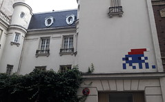 PA_1038 Xmas space invader in Paris 16th (Sokleine) Tags: immeuble tourelle tower mansion manor htelparticulier spaceinvader pa1038 xmas nol christmas artderue urbanart arturbain streetart fentres windows rue street paris 75016 france