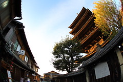 Pagoda (Teruhide Tomori) Tags: alley street kyoto gion town higashiyama japon japan temple house wooden architecture construction building hokanji