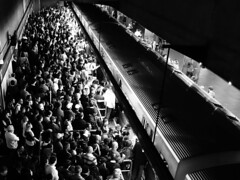 Caos no metr S (De Santis) Tags: brazil people bw white black branco brasil canon pessoas chaos metro sopaulo s pb preto sp caos brazilian pblico seh transporte metr brasileiros s100 multido fernandodesantis