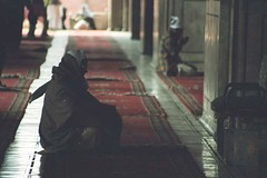 delhi-muslim-prayer (freshlime.soda) Tags: old building carpet temple gate day lotus market flag military delhi indian prayer tomb parliament mosque parade gandhi bahai independence dilli flagge minar masjid tempel qutb jama urdu militärparade indische moschee humayuns bakrid kitabiaqdas opferfest