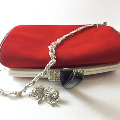 Vintage style: clutch, necklace and earrings listed in my shop. Link in bio. #trifarijewelry #1950sfashion #etsyjewelry #redclutch #vintageclutch #rhinestones #earringslover #silverjewelry #vintageshop #etsysuccess #etsysellers #goingouttonight #whattowea (janet_colwell) Tags: instagramapp square squareformat iphoneography uploaded:by=instagram vintagehandbags vintagepurses retrofashion
