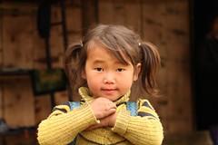 occhi a mandorla/ almond eyes (lucy e gian) Tags: colore vietnam sguardo giallo colori montagna ritratto sapa laocai capelli bambina etnie codini etnieminori