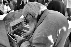 image (Luis Iturmendi) Tags: moyano reader lector anciano old man books libros street streetphotography city urban bw blancoynegro blackandwhite monochrome monocromo