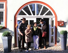 At hotel Thringer Hof (Linda6769 (OFF)) Tags: door people woman man hat mailbox germany hotel town thuringia hiker flowerbox opendoor hildburghausen semicircular bettbike thringerhof