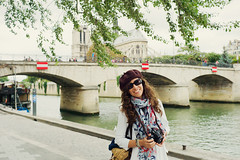 (Henri Railowsky) Tags: leica bridge paris france smiling seine 35mm tourist notredame beret summilux m9 sena preasph leicam9