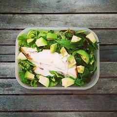 10 Ιουλίου, 64η μέρα, μεσημεριανό: σαλάτα με ρόκα, λόλο ρόσο και μαρούλι φριζέ με αβοκάντο, μαϊντανό και ψητό κοτόπουλο. #natachef #diet #dietry #dietporn #instadiet #instafood #food #foodie #healthy #lunch