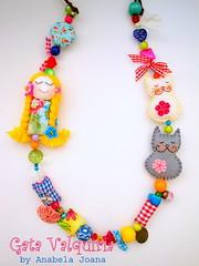 Kika e Brá (Gata Valquíria) Tags: flores cat cores necklace bonecas feltro boneca collar colar colares necklaces feltros fuxicos gatavalquiria gatavalquíria