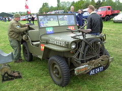 1944 Willys Overland MB jeep (Davydutchy) Tags: auto canada holland classic netherlands car bike bicycle automobile jeep flag military may voiture event vehicle oldtimer mb fahrrad friesland folding willys fiets overland militär vlag klassiker 2015 fryslân evenement militair vouwfiets hoornsterzwaag