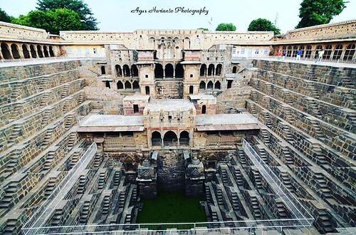 """""""Chand Baori"""" terletak di desa Abhaneri Rajasthan arah timur adalah salah satu landmark dari India, sumur yang memiliki dinding dengan anak tangga yang terbuat dari batu. Sumur tersebut merupakan sumur yang paling tua di Rajasthan dan juga telah dianggap"""