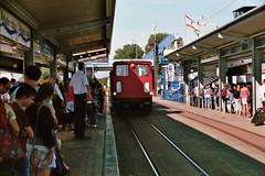 Diesellomokotief Emden van de Borkumer Kleinbahn rijdt het station Reede binnen