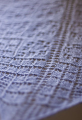 _DSC6081 (KateSi) Tags: tejer tejido tricot tricoter tricotage knitting knit strikke strikking lace semiprecious knitty sjal shawl châle chal blonde encaje purple lilla lila lilas violet purpura violeta depthoffield