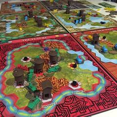 Railways Through Time - ภาคเสริมของเกมแข่งกันส่งของตามทางรถไฟ Railways of the World ที่สนุกดีและเล่นใหม่กี่รอบก็ไม่น่าเบื่อเพราะเลือกใช้แผนที่อย่างมาก 7 แผ่น (ถ้าเล่น 6 คน) จากทั้งหมด 8 แผ่น แถมยังสุ่มวางสินค้าทุกเกม ทำให้ต้องคิดแผนใหม่หมด กติกาที่ต่างจาก