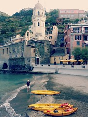 Vernazza: little beach <>petite plage. (France-) Tags: septembre vernazza italie ligurie liguria beach kayak church plage cinqueterre village