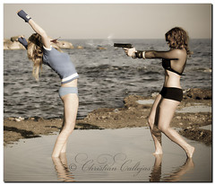 Killing (Christian Callejas) Tags: girls woman canon mediterraneo killing modelos playa alicante pelea lucha pistola disparo asesinato
