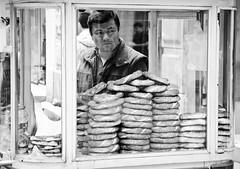 The salesman (Maríon) Tags: street travel bw white black turkey nikon istanbul marion reise tyrkia supermarion nesje d7000 marionnesje