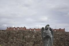 El angel que no queria ver Antena 3. (elojeador) Tags: escultura ngel estatua muro empedrado mampostera casa tejado antena piedra teja chimenea porqueeradetele5 elojeador