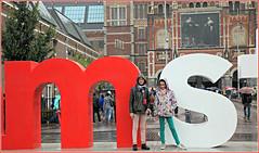 Sarah et Eva aiment Amsterdam, museumplein, Amsterdam, Nederland (claude lina) Tags: claudelina nederland netherlands paysbas hollande amsterdam architecture muse museum rijksmuseum