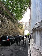 Way to Feira da Ladra-Arco Grande de Cima (enrguerrero) Tags: portugal church de arch lisboa lisbon chiesa santaclara fleamarket arco mosteiro feiradaladra eglesia saovicentedefora campodesantaclara feriadaladra egreja mercadodesantaclara arcograndedecima