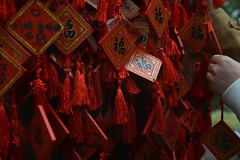 Prires et voeux - Prayers and wishes (Solange B) Tags: china red rouge temple hand buddhist main prayer religion beijing belief buddhism wish beihaipark chine bouddhisme pkin prire voeu bouddhiste croyance parcbeihai