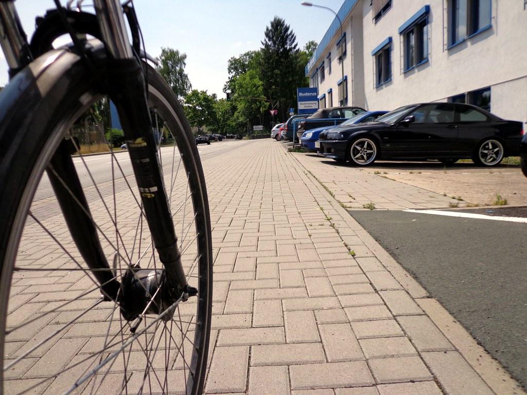 Parkplaetze_hinterm_Radweg_full