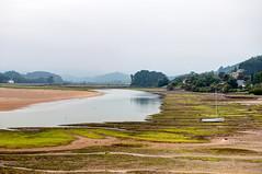 La ra de Villaviciosa (ccc.39) Tags: asturias villaviciosa ra mareabaja barco agua lejana algas arena nublado