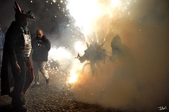 Correfoc 026 (Pau Pumarola) Tags: correfoc foc fuego feu fire feuer guspira chispa étincelle spark funke festa fiesta fête fest diable diablo devil teufel catalunya cataluña catalogne catalonia katalonien girona diablesdelonyar