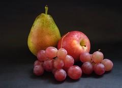 Fruiters  ...... 3 (davidgv60) Tags: david60 degradado fujifilm xt10 fondonegro oscuro uvas manzana espaa spain efectoluz luz interior color frutas composicin alimentos natur natural photodgv
