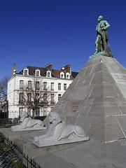 Boulogne-sur-Mer, jardin des Remparts, monument  Mariette (Ytierny) Tags: france monument statue vertical architecture bronze pierre pyramide pacha mariette pa