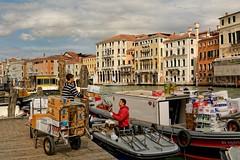 Venice : Rialto Mercato / Venetian working deliveryman (Pantchoa) Tags: venice boat nikon italia nikkor pniche venise venecia venezia barge grandcanal rialto deliveryman veneto d7100 ytaly 1685f3556gedvr fondamentavincastello riaotomercato