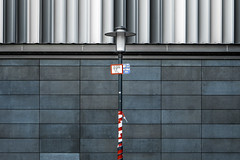 H100 (Blende1.8) Tags: laterne streetlight lightpost strasenlaterne street hattingen architektur architecture fassade facade modern contemporary symmetry symmetrie leica dlux urban rot red carstenheyer