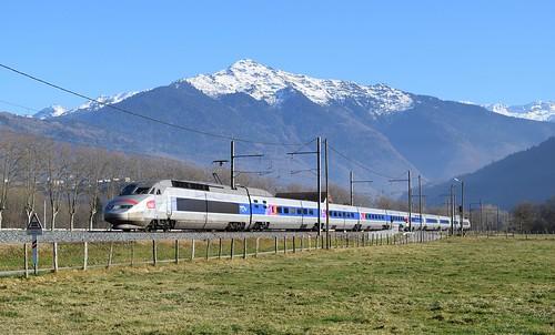 TGV devant le Petit Arc