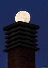 Que haras si la luna entrase por tu chimene? (PEDROLO68) Tags: luna chimenea noche espaa aragon zaragoza pedrola
